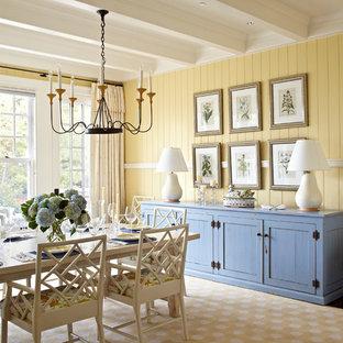 Ispirazione per una sala da pranzo stile marinaro con pareti gialle, parquet scuro e pavimento beige