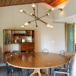 Réalisation d'une salle à manger ouverte sur la cuisine vintage avec un sol en liège.