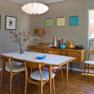 На фото: столовая в стиле модернизм с серыми стенами и полом из бамбука