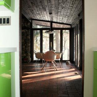 Foto de comedor retro, de tamaño medio, abierto, sin chimenea, con paredes marrones y suelo de ladrillo