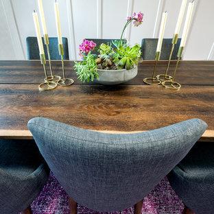 Idee per una sala da pranzo minimalista di medie dimensioni con pareti bianche, moquette e pavimento rosa