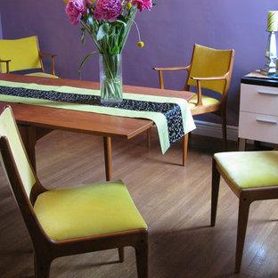 Exemple d'une salle à manger éclectique fermée et de taille moyenne avec un mur violet, aucune cheminée et un sol violet.