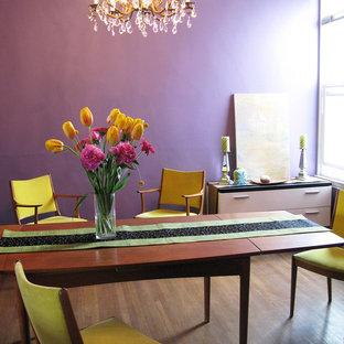 Inspiration pour une salle à manger bohème fermée et de taille moyenne avec un mur violet, aucune cheminée, un sol violet et un sol en bois clair.