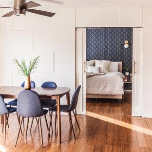Mittelgroße Moderne Wohnküche mit weißer Wandfarbe, braunem Holzboden, braunem Boden und Wandpaneelen in Los Angeles