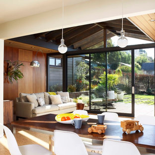 Aménagement d'une salle à manger ouverte sur la cuisine rétro de taille moyenne avec un mur blanc, un sol en liège et aucune cheminée.