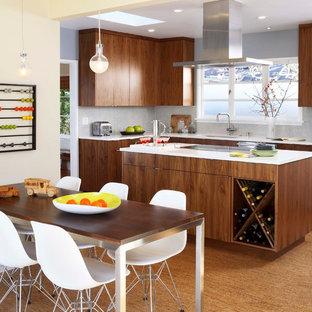 Cette image montre une salle à manger ouverte sur la cuisine vintage de taille moyenne avec un sol en liège.