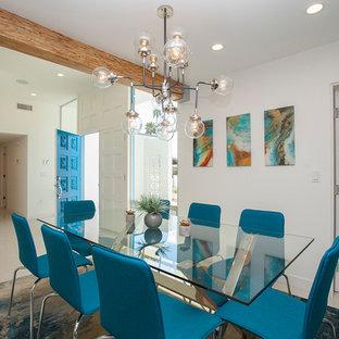 ロサンゼルスの広いミッドセンチュリースタイルのおしゃれなダイニングキッチン (白い壁、磁器タイルの床、両方向型暖炉、タイルの暖炉まわり、白い床) の写真