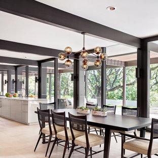 Aménagement d'une grand salle à manger ouverte sur la cuisine contemporaine avec un sol en calcaire, aucune cheminée, un mur blanc et un sol beige.