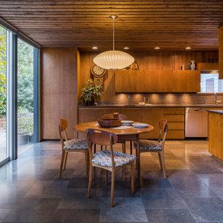 Idee per una grande sala da pranzo aperta verso la cucina minimalista con pavimento con piastrelle in ceramica, pavimento grigio, soffitto in legno e pareti in legno