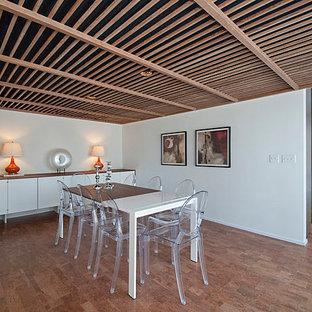 Idee per una grande sala da pranzo aperta verso la cucina moderna con pareti bianche, pavimento in sughero e nessun camino