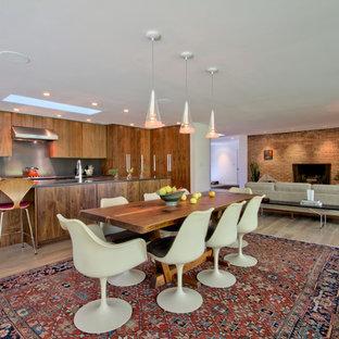 インディアナポリスの中くらいのミッドセンチュリースタイルのおしゃれなLDK (白い壁、淡色無垢フローリング、標準型暖炉、レンガの暖炉まわり、ベージュの床) の写真