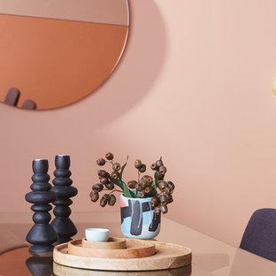Ispirazione per una sala da pranzo minimal di medie dimensioni con pareti rosa, pavimento in vinile e pavimento marrone