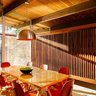 Bild på en mellanstor 60 tals matplats med öppen planlösning, med betonggolv och flerfärgat golv