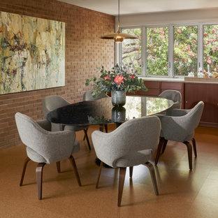 Mittelgroßes Mid-Century Esszimmer mit Korkboden, braunem Boden, brauner Wandfarbe und Ziegelwänden in Austin