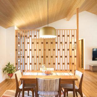 Foto de comedor vintage, de tamaño medio, abierto, con paredes blancas, suelo de madera en tonos medios y suelo marrón