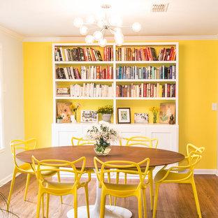 Idee per una sala da pranzo moderna con pareti gialle, parquet scuro e pavimento marrone