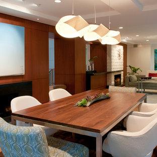 Foto di una sala da pranzo aperta verso il soggiorno moderna di medie dimensioni con pareti bianche, pavimento in legno massello medio, camino lineare Ribbon e cornice del camino in legno