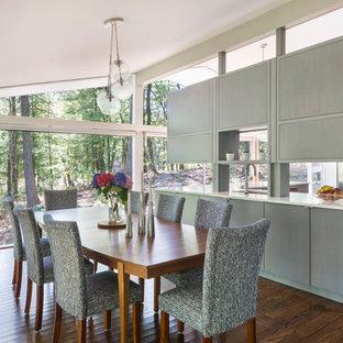 Idee per una sala da pranzo aperta verso la cucina moderna di medie dimensioni con pareti bianche e parquet scuro