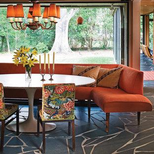 シャーロットのミッドセンチュリースタイルのおしゃれなダイニングキッチン (ベージュの壁、スレートの床、暖炉なし) の写真