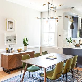 Стильный дизайн: кухня-столовая среднего размера в стиле ретро с белыми стенами, паркетным полом среднего тона и коричневым полом без камина - последний тренд