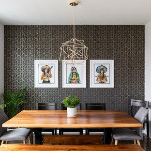 Esempio di una sala da pranzo aperta verso la cucina contemporanea di medie dimensioni con pareti bianche, parquet scuro, camino lineare Ribbon, cornice del camino piastrellata, pavimento marrone e carta da parati