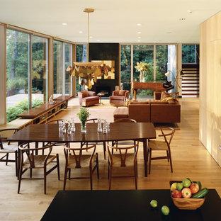 Modelo de comedor retro, abierto, con suelo de madera en tonos medios