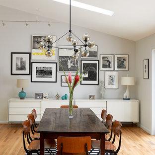 Diseño de comedor vintage con paredes grises y suelo de madera clara
