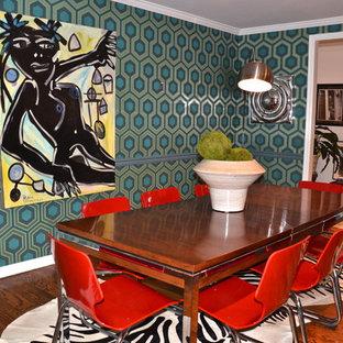 Esempio di una sala da pranzo minimalista chiusa con pareti multicolore e parquet scuro