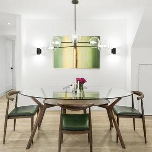 Diseño de comedor vintage, de tamaño medio, cerrado, con paredes blancas, suelo de madera clara y suelo beige