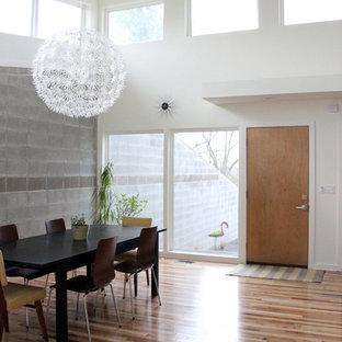 Inspiration för mellanstora 60 tals kök med matplatser, med vita väggar och mellanmörkt trägolv
