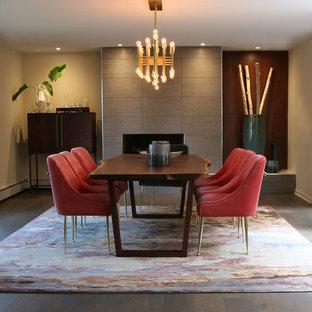 Diseño de comedor de cocina vintage, grande, con paredes grises, suelo de madera en tonos medios, chimenea tradicional, marco de chimenea de baldosas y/o azulejos y suelo gris