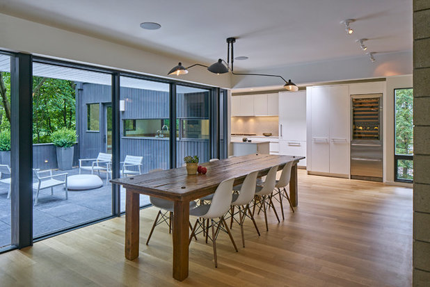 Unique Midcentury Dining Room by MATHISON MATHISON ARCHITECTS