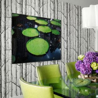 Immagine di una grande sala da pranzo aperta verso il soggiorno moderna con pareti multicolore, parquet scuro, nessun camino e pavimento marrone