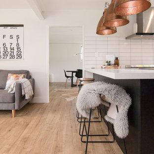Immagine di una sala da pranzo aperta verso la cucina minimalista di medie dimensioni con pareti bianche, pavimento in laminato, pavimento beige e nessun camino