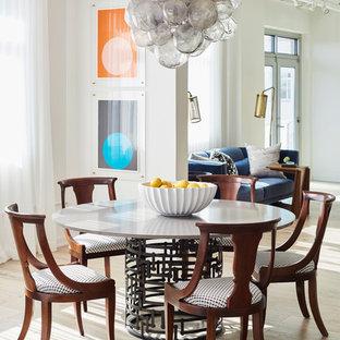Immagine di una sala da pranzo industriale con pareti bianche, parquet chiaro e pavimento beige