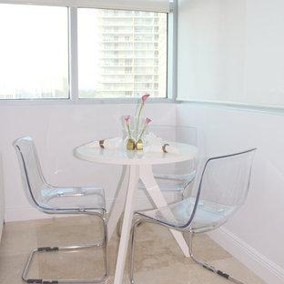 Foto de comedor moderno, pequeño, con paredes blancas y suelo de travertino