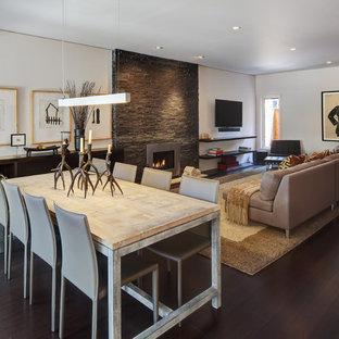 Стильный дизайн: гостиная-столовая среднего размера в современном стиле с темным паркетным полом, белыми стенами, горизонтальным камином, фасадом камина из металла и коричневым полом - последний тренд