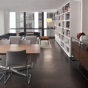 Foto di una grande sala da pranzo aperta verso il soggiorno minimalista con pareti bianche, pavimento in sughero e nessun camino