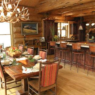Diseño de comedor de cocina rústico con suelo de madera en tonos medios