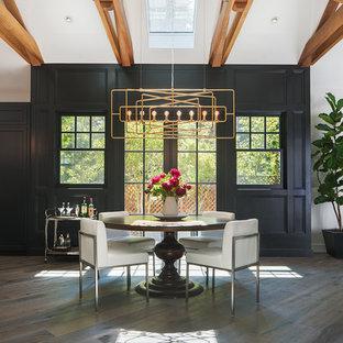 Ispirazione per una sala da pranzo aperta verso la cucina tradizionale di medie dimensioni con pareti nere, parquet scuro, pavimento grigio e nessun camino