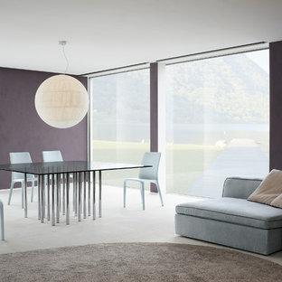 Aménagement d'une grande salle à manger moderne fermée avec un mur violet, un sol en carrelage de céramique et un sol beige.
