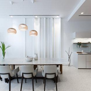 Diseño de comedor de cocina moderno con paredes blancas y suelo de piedra caliza
