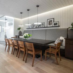 Exemple d'une grand salle à manger tendance avec une banquette d'angle, un mur blanc, un sol en bois clair, un sol beige, un plafond en lambris de bois et du lambris de bois.