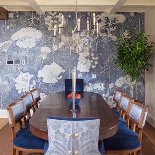 Ispirazione per una sala da pranzo country con pareti beige, parquet chiaro e nessun camino