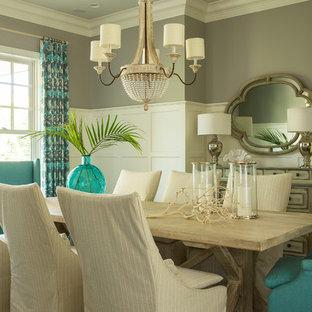 Стильный дизайн: отдельная столовая в стиле современная классика с серыми стенами и темным паркетным полом - последний тренд