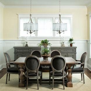 Ispirazione per una sala da pranzo tradizionale con pareti gialle e parquet scuro