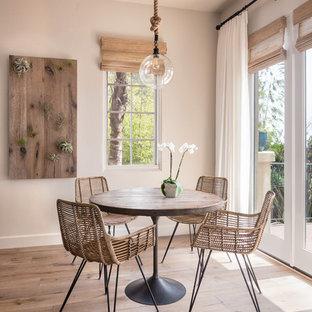 Ispirazione per una sala da pranzo mediterranea con pareti beige, pavimento in legno massello medio e pavimento marrone