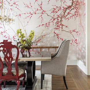 Idee per una sala da pranzo tradizionale chiusa e di medie dimensioni con pareti con effetto metallico, pavimento in legno massello medio e nessun camino