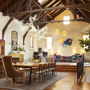 Esempio di una sala da pranzo aperta verso il soggiorno eclettica di medie dimensioni con pareti beige, pavimento marrone e pavimento in legno massello medio