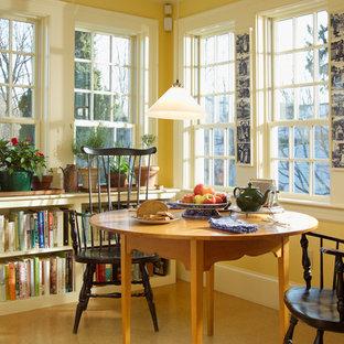 Ispirazione per una sala da pranzo aperta verso la cucina chic di medie dimensioni con pareti gialle, pavimento in laminato, nessun camino e pavimento beige